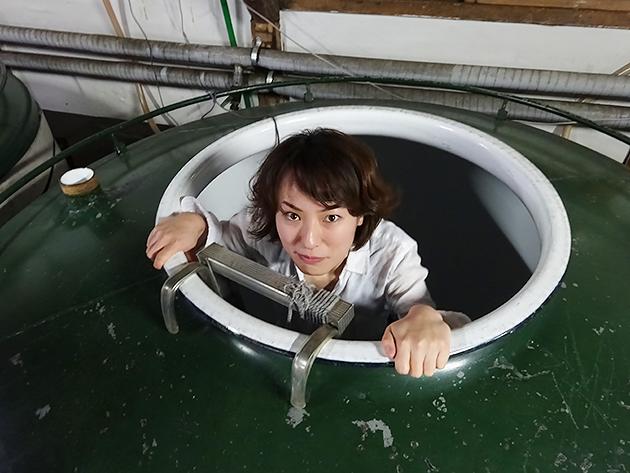 日本酒の巨大タンクの内部に潜入