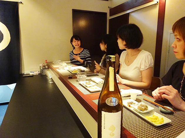 和やかかつ、真剣に語り合う日本酒美女たち