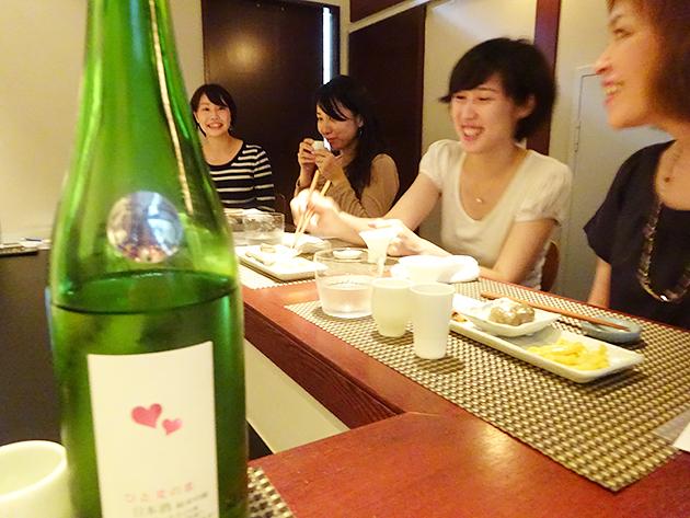 日本酒美女が集まれば、話題は尽きない