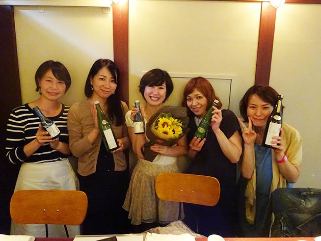 左から加藤さん、斉当さん、内野さん、高橋さん、津川記者。取材日はなんと内野さんの誕生日でした!