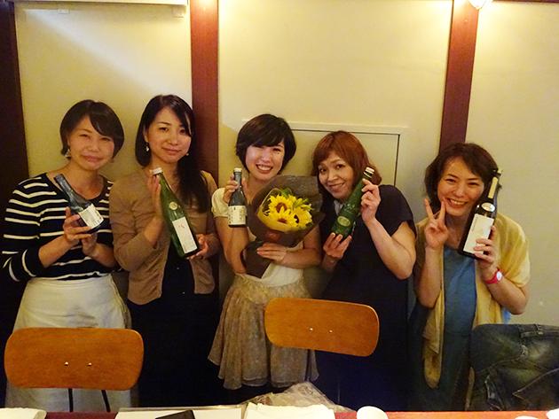 左から加藤さん、斉当さん、内野さん、高橋さん、津川記者