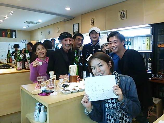 名酒センター認定の上級資格〝酒徒名人〟たちと武者英三先生(左から2人目)。津川記者もここで酒徒名人資格を取得しました!