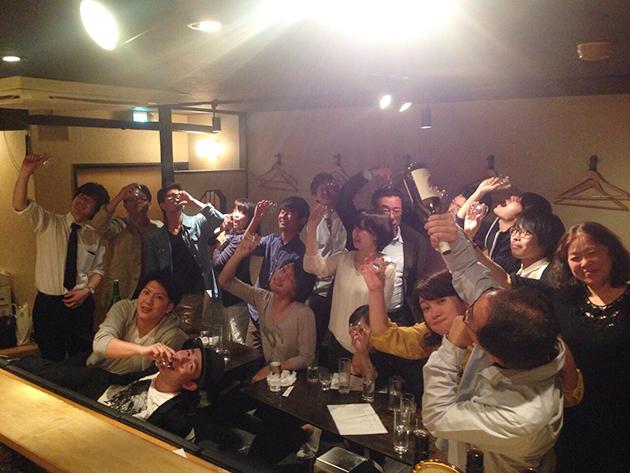 大盛況だった〝sakeganai!-酒と料理を楽しむ会〟の様子。お決まりのsakeganai!ポーズで