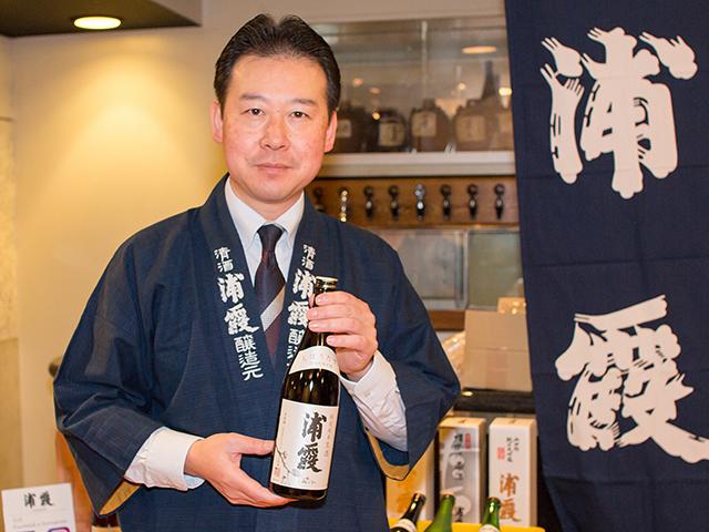 営業課長の萩原浩さんと「浦霞 特別純米しぼりたて」