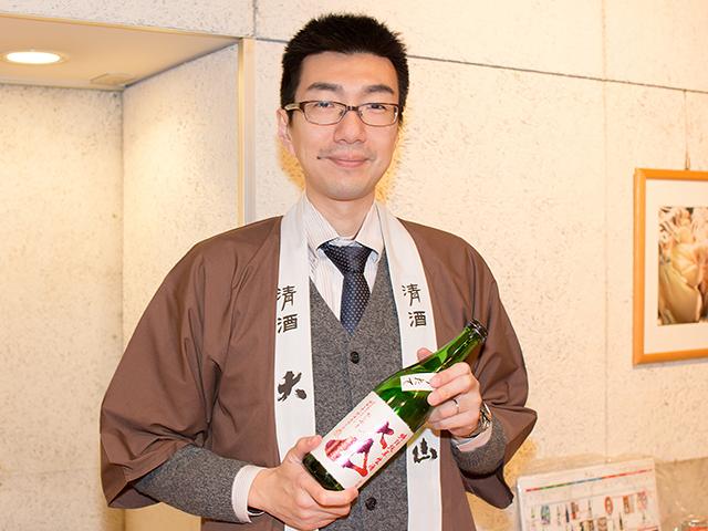 営業企画担当の加藤嘉晃さんと「大山 特別純米 しぼりたて」
