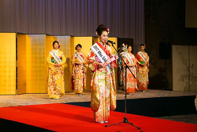 「2017 ミス日本酒」グランプリ受賞のスピーチをする田中さん 画像提供:一般社団法人ミス日本酒