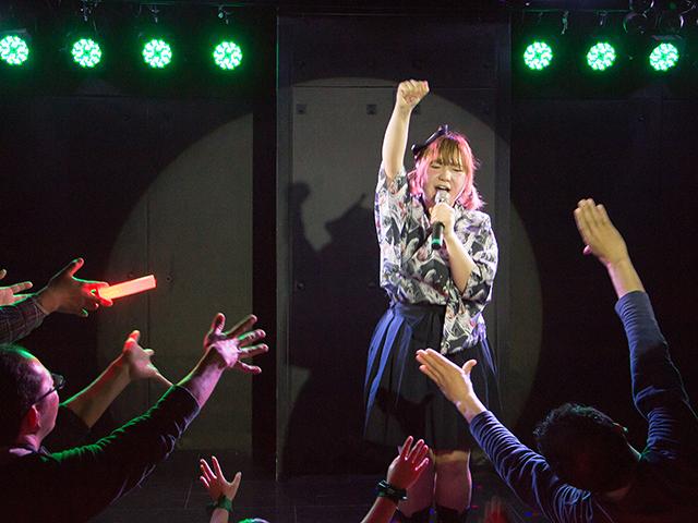 日本酒アイドル「RICE-HEART」が月1で主催するライブ「あらばしり」の様子