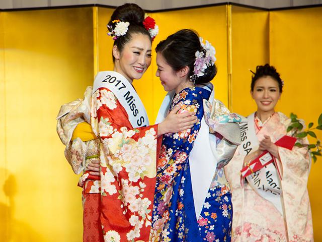 「2017 ミス日本酒 グランプリ」の田中梨乃さんに祝福される須藤さん