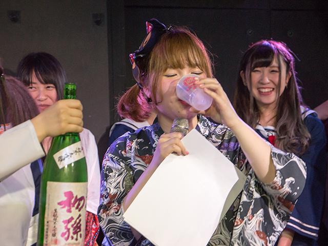 取材で訪れた3月18日の主催ライブでは、三佳さんが体調不良で休んだため一人で歌って踊りました