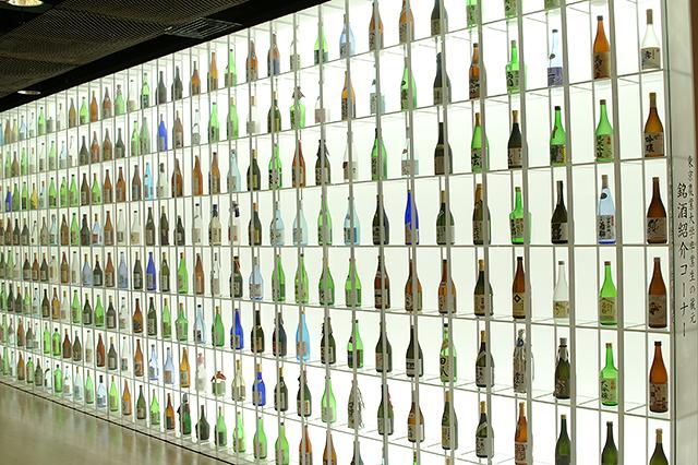 展示コーナーの酒瓶ディスプレイ