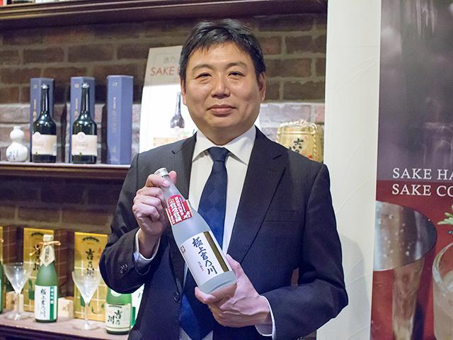 峰政祐己社長と日本酒「極上吉乃川」