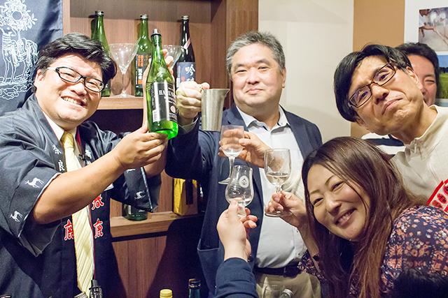 中野貴寛営業課長(左)と参加者の皆さん