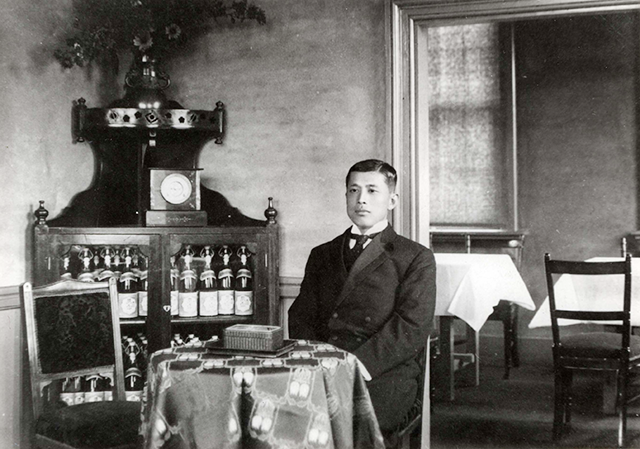 月桂冠11代目・大倉恒吉さん。北蔵研究所にて、1912年、38歳(画像提供:月桂冠)