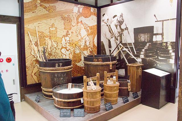 月桂冠大倉記念館内:酒造用具。酒造りに根気が必要なのは科学技術が導入された今も変わりません