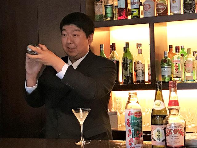 鴨ネギの会カクテル講座にてシェーカーを振る志村さん