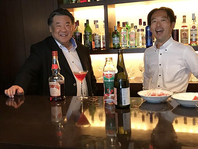 直営レストランManjiaにて(左:石本社長 右:佐藤店長)
