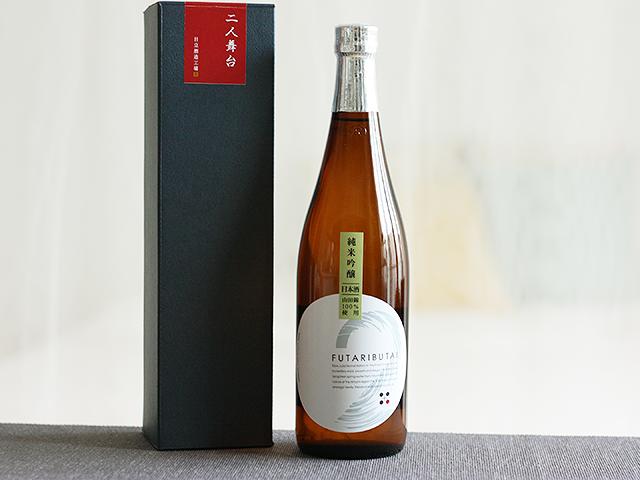 日本酒では代表銘柄の「十王蔵」のほか「二人舞台」や「Any.」、また焼酎では「光彩」など、「地元産のものだけを使う」というこだわりのもと、個性あふれる酒づくりを行っています。