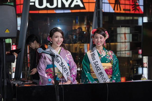 「2018 ミス日本酒 準グランプリ」の児玉アメリ彩さん(長野代表)と堀井雅世さん(福島代表)が司会を務めました