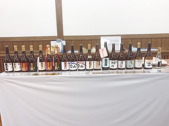 よしのやの醸す「西之門」「雲山」のボトルたちがお出迎えしてくれます。